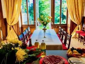 une salle à manger avec vue sur le parc