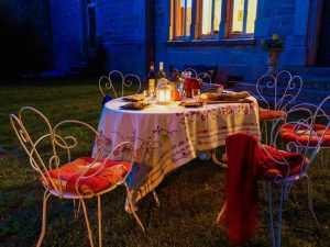 Un repas d'été à la lueur des bougies